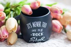 Mug, черная кружка, чашка, большая чашка, тюльпаны, красивые, цветки Стоковые Изображения RF