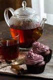 Mug of blacktea with chocolate cupcakes Royalty Free Stock Photos