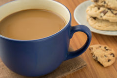 A mug of coffee and chocolate chip cookies Royalty Free Stock Photography