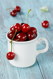 Mug of fresh cherries Royalty Free Stock Photos
