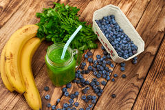 Mug with green smoothie drink and bundle of fresh parsley Royalty Free Stock Photos