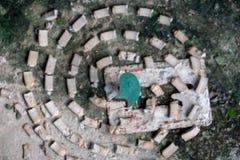 Mugafweermiddel op de oude cementvloer royalty-vrije stock foto