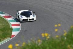 MUGELLO,意大利- 2017年4月12日:在XX法拉利赛跑的天期间节目在Mugello电路的未知数驾驶法拉利FXX K 免版税图库摄影
