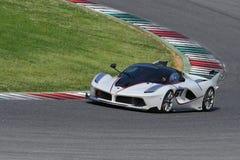 MUGELLO,意大利- 2017年4月12日:在XX法拉利赛跑的天期间节目在Mugello电路的未知数驾驶法拉利FXX K 库存图片