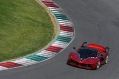 MUGELLO,意大利- 2017年4月12日:在XX法拉利赛跑的天期间节目在Mugello电路的未知数驾驶法拉利FXX K 免版税库存图片