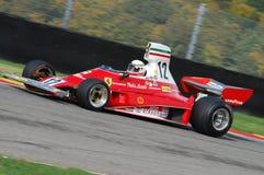 MUGELLO, IT, 2007年11月:未知数跑与历史的法拉利F1 312T前仁旗Lauda在Finali Mondiali法拉利期间2007年 免版税图库摄影