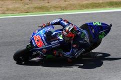 MUGELLO -意大利, 6月3日:西班牙人山叶在合格的车手持异议者Vinales意大利的2017年MotoGP奥克利GP期间 免版税库存图片