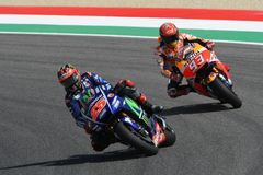 MUGELLO -意大利, 6月3日:西班牙人山叶在合格的车手持异议者Vinales意大利的2017年MotoGP奥克利GP期间Muge的 库存图片