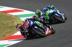 MUGELLO -意大利, 6月3日:西班牙人山叶在合格的车手持异议者Vinales意大利的2017年MotoGP奥克利GP期间Muge的 图库摄影