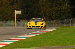 MUGELLO, ITÁLIA - EM NOVEMBRO DE 2013: O desconhecido conduz Ferrari 599XX durante XX programas de Finali Mondiali Ferrari - o di Foto de Stock Royalty Free