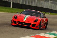 MUGELLO, ITÁLIA - EM NOVEMBRO DE 2013: O desconhecido conduz Ferrari 599XX durante XX programas de Finali Mondiali Ferrari - o di Imagem de Stock