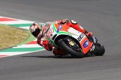 MUGELLO - ITÁLIA, O 13 DE JULHO: O cavaleiro Nicky Hayden dos E.U. Ducati em TIM 2012 MotoGP de Itália em Mugello circuita o 13 d Imagem de Stock