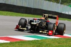 MUGELLO, ITALIA - MAGGIO 2012: Romain Grosjean di Lotus Renault F1 guida durante la sessione di prova in circuito di Mugello, Ita fotografia stock
