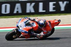MUGELLO - ITALIE, LE 2 JUIN : Cavalier Andrea Dovizioso d'équipe de Ducati d'Italien pendant la session de qualification au génér photo stock