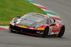 MUGELLO ITALIEN - NOVEMBER, 2013: Ferrari 458 utmaning under Finali Mondiali Ferrari - Ferrari tävlings- dagar i den Mugello strö Royaltyfri Foto