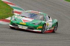 MUGELLO ITALIEN - NOVEMBER, 2013: Ferrari 458 utmaning under Finali Mondiali Ferrari - Ferrari tävlings- dagar i den Mugello strö Royaltyfri Bild