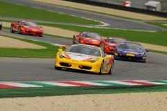 MUGELLO ITALIEN - NOVEMBER, 2013: Ferrari 458 utmaning under Finali Mondiali Ferrari - Ferrari tävlings- dagar i den Mugello strö Arkivfoto