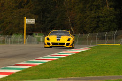 MUGELLO ITALIEN - NOVEMBER, 2013: Okändadrev Ferrari 599XX under XX program av Finali Mondiali Ferrari - Ferrari den tävlings- da Royaltyfri Foto
