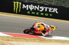 MUGELLO - 13. JULI: Casey Stoner von Team Repsol Honda läuft an qualifizierender Sitzung von Moto GP Grandprix von Italien am 13. Lizenzfreie Stockfotos
