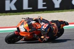 Mugello - l'ITALIA, il 2 giugno: Fabbrica di Britannici Red Bull Ktm che corre Team Rider Bradley Smith durante la sessione di qu fotografia stock libera da diritti