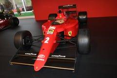 MUGELLO IT, Oktober, 2017: Ferrari F1 90 1990 av Alain Prost och Nigel Mansell på paddockshowen av Ferrari årsdag I 1947-2017 Arkivfoto