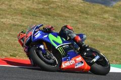 MUGELLO - WŁOCHY, CZERWIEC 3: Hiszpańszczyzny Yamaha jeźdza indywidualista Vinales podczas kwalifikować 2017 MotoGP OAKLEY GP Wło Zdjęcie Stock