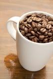 Mugg de los granos de café Foto de archivo libre de regalías