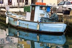 Muggia, Италия - винтажная голубая шлюпка fisher стоковая фотография rf