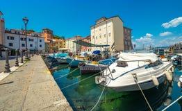 Muggia Italien: Fartyg i hamnen av den gamla staden Royaltyfri Foto