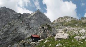 Muggito di Nogara del bivacco la sommità di Mangart dal lato italiano della frontiera in Julian Alps in Italia Fotografia Stock