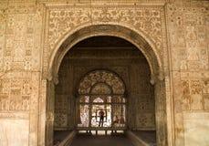 Mughal Auslegungen auf rotem Innenfort, Delhi, Indien lizenzfreie stockbilder