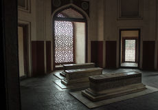Mughal gravvalv och marmorgallerskärm Arkivbild