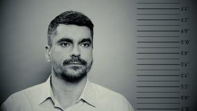 Mugshot del prigioniero, ottenere criminale maschio fotografato al commissariato di polizia archivi video