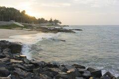 Mui Ne-Strand, Vietnam, ein schöner Strand mit langer Küstenlinie, silbernem Sand und enormen Wellen, an einem frühen Morgen Lizenzfreie Stockfotografie