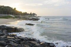 Mui Ne-Strand, Vietnam, ein schöner Strand mit langer Küstenlinie, silbernem Sand und enormen Wellen, an einem frühen Morgen Stockfotografie