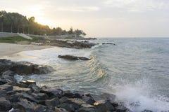 Mui Ne-Strand, Vietnam, ein schöner Strand mit langer Küstenlinie, silbernem Sand und enormen Wellen, an einem frühen Morgen Lizenzfreies Stockfoto