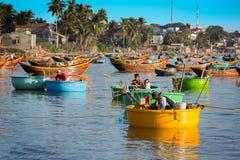 MUI-NE, VIETNAM - FEBRUARI 08 - fiskare i traditionellt litet f Royaltyfri Bild