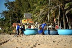 Mui Ne, Vietnam - 15 novembre 2014: Pescatori in Mui Ne vietnam Fotografie Stock Libere da Diritti