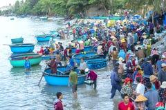 Mui Ne, Vietname, o 23 de abril de 2018: Introduza no mercado a aldeia piscatória adiantada quando os peixes de venda de compra o Fotos de Stock Royalty Free
