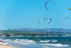 Kitesurfers w Wietnam Obrazy Royalty Free