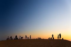 MUI NE WIETNAM, LUTY, - 08, 2014: Turystyczny dopatrywanie zmierzch dalej Obraz Stock