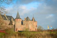 Muidersloten med vallgraven, en väl bevarad medeltida slott Royaltyfri Foto