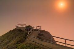 Muir Beach Overlook dimmig solnedgång på en sommarafton royaltyfri bild