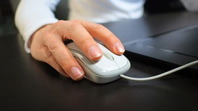 Muis 8 Zachte nadruk aan hand van de man die linkermuisknoop klikken Rechts van voor voor juiste mening stock footage