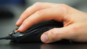 Muis 2 Zachte nadruk aan hand van de mens het klikken muis Rechts van linkermening stock videobeelden