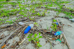 MUISNE,厄瓜多尔06日2017年:使与garvage和垃圾的污染靠岸在造成对环境的海滩损伤  库存照片