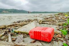 MUISNE,厄瓜多尔06日2017年:使与garvage和垃圾的污染靠岸在造成对环境的海滩损伤  免版税库存照片