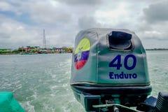 MUISNE,厄瓜多尔06日2017年:小船引擎,波浪踪影可看见在从驾驶的,伟大透视和美丽的水 免版税库存图片