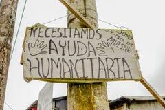 MUISNE,厄瓜多尔06日2017年:情报标志请求帮忙,在美好的天堂喜欢与太平洋的海滩 免版税图库摄影