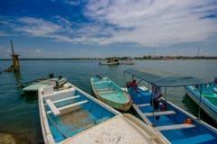 Muisne,厄瓜多尔- 2016年3月16日:几典型的fishingboats停放了在地方码头有太平洋背景 免版税库存图片